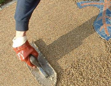 Монтаж резиновой крошки на полу.