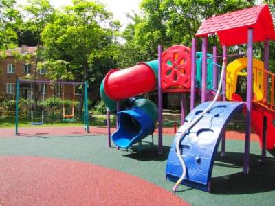 Особенности выбора крошки для покрытий для детских площадок.