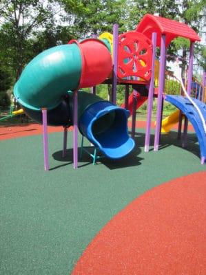 Покрытие детских площадок из резиновой крошки.