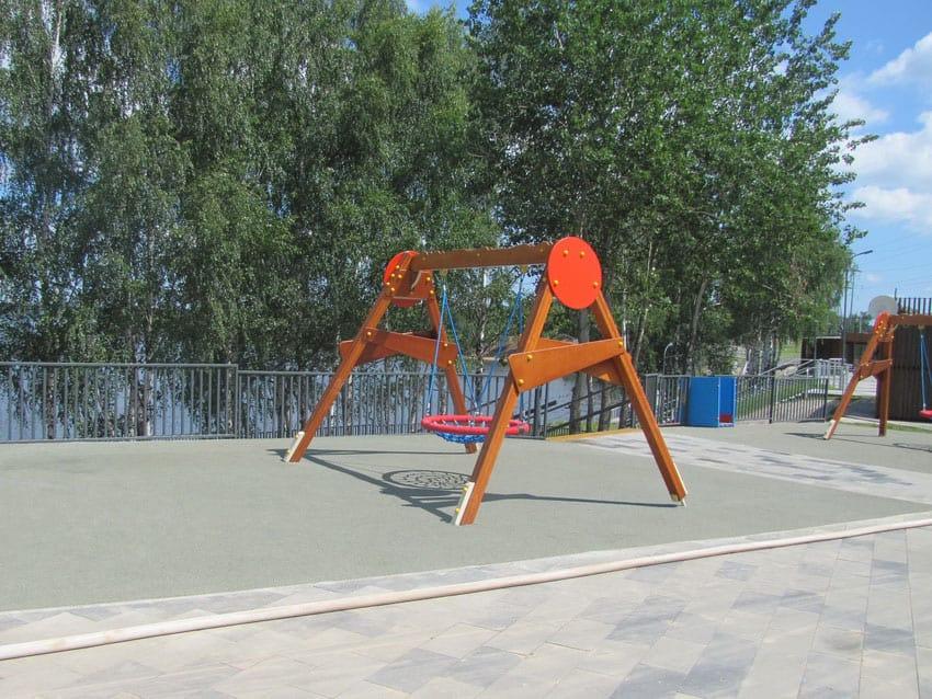 Цена на покрытия для детских площадок на улице.