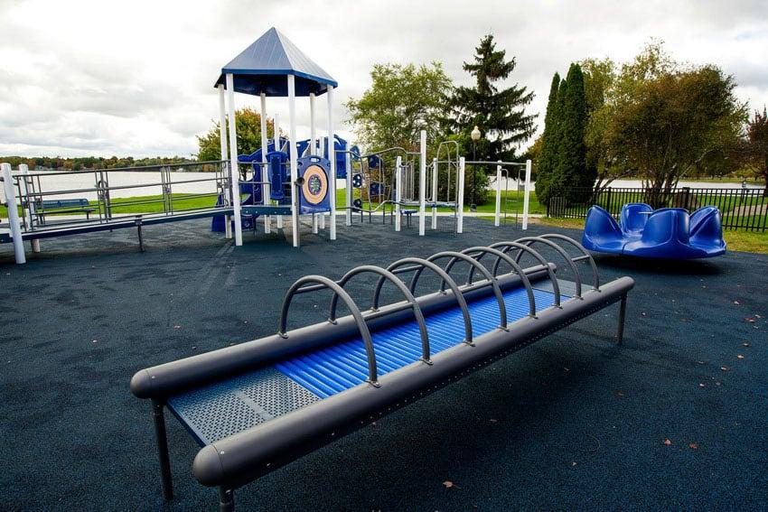 Мягкий пол для детской площадки.