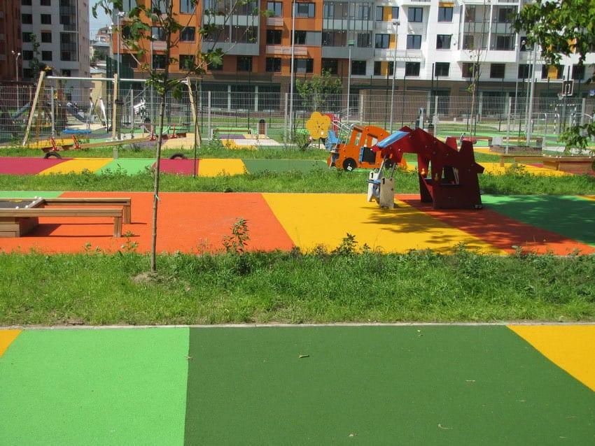 Как делают бесшовное покрытие для детских площадок.