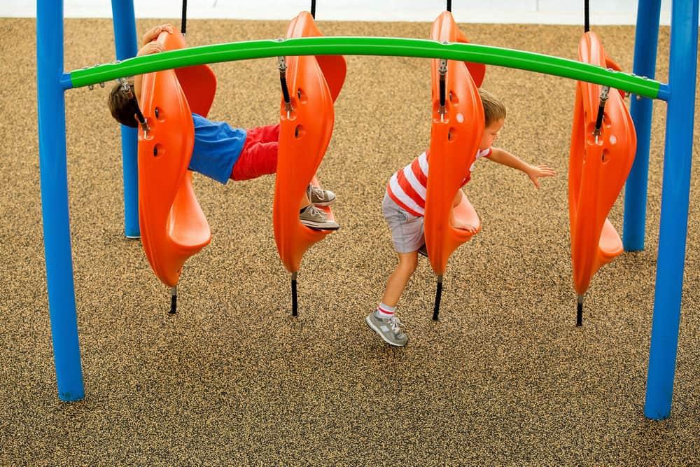 Купить резиновое покрытие для детской площадки.