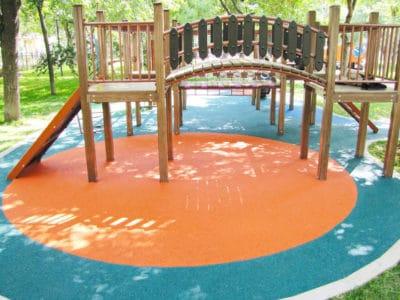 Покрытие для детских площадок резиновой крошкой.