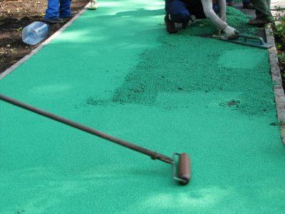 Укладка бесшовного резинового покрытия.