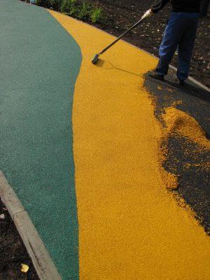 Резиновое покрытие для площадок на улице.