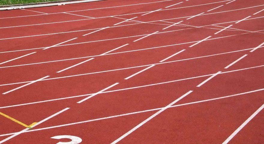 Резиновое покрытие для спортивной площадки на улице.