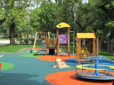 Резиновое покрытие крошка для детских площадок купить.
