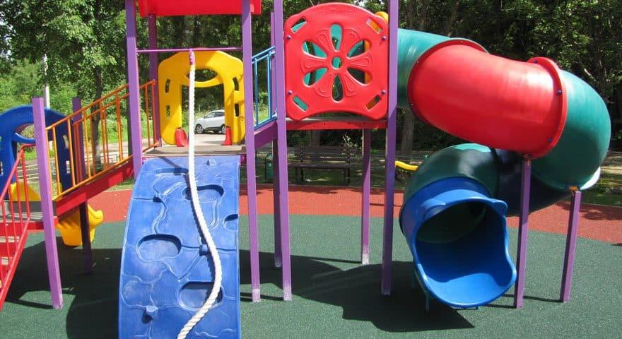 Резиновое основание детской площадки.