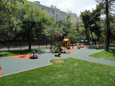 Укладка резинового покрытия на детской площадке.