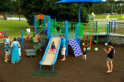 Резиновое покрытие для детской площадки на улице.