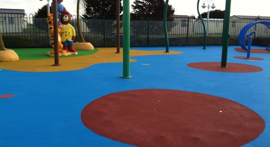 Наливное резиновое покрытие для детских площадок цена.