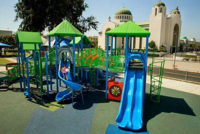 Уличное напольное покрытие для детской площадки.