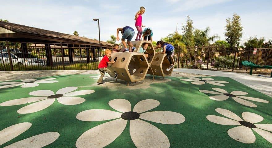 Покрытие из резины для детских площадок.
