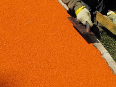 Работа резиновые покрытия площадки.