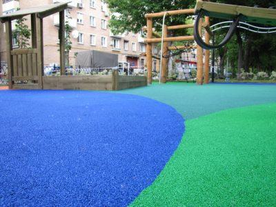 Резиновое покрытие для площадки на улице.