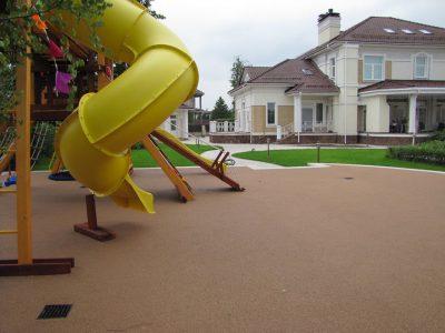 устройство детских площадок из резиновой крошки