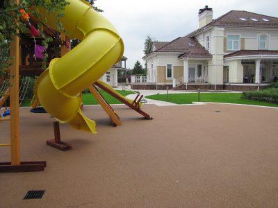 Резиновое покрытие для двора частного дома.