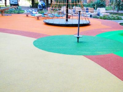 Создание безопасной площадки с резиновым покрытием.