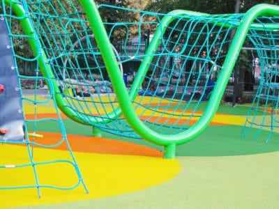 Подход к обустройству детской площадки из резины.