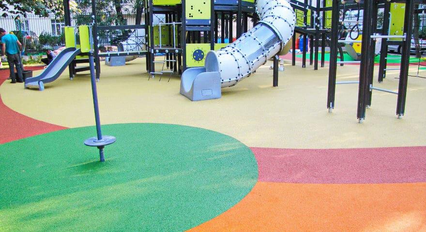 Напольное покрытие детских площадок.