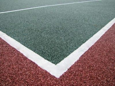 Чем примечателен теннисный корт с тартановым покрытием?