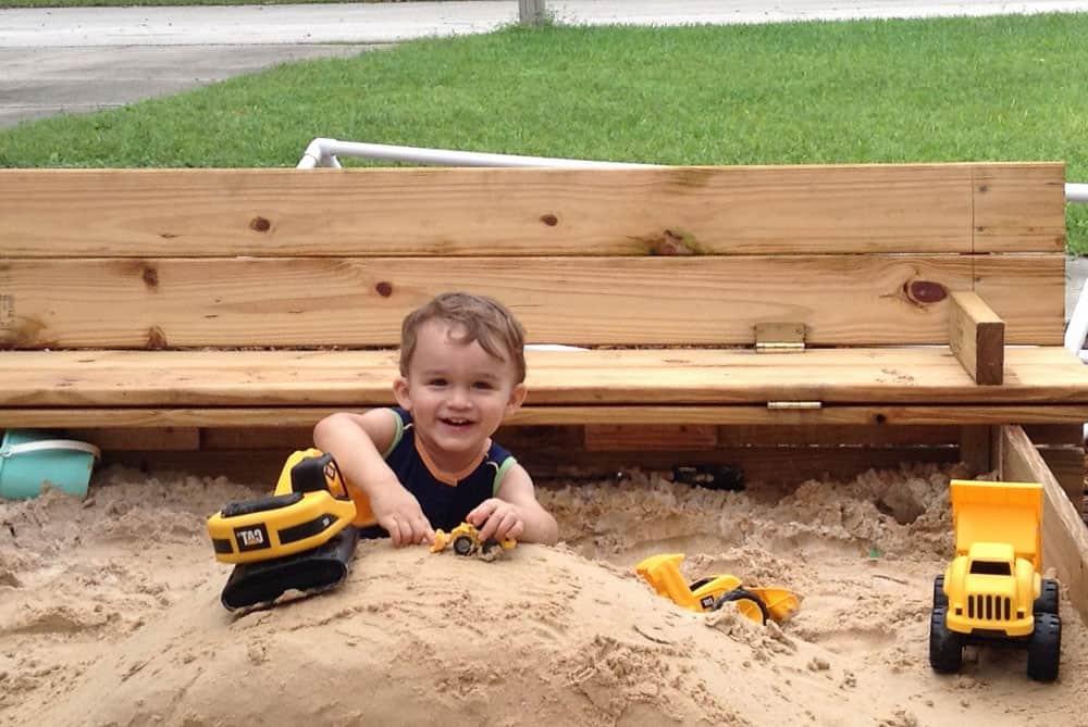 Удобная и красивая песочница для детей.