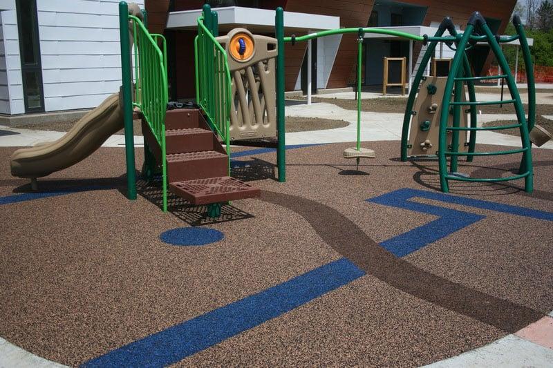 Мягкое покрытие для детских площадок на улице.